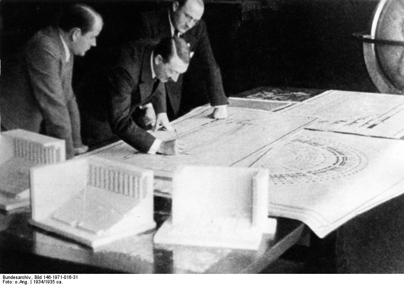 ヒトラー〜最後の12日間〜↑1934年、ヒトラーがシュペーアとともに設計図に変更を加えている様子。ドイツ連邦文書館提供。.jpg