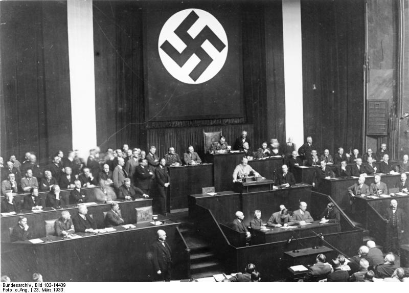 ヒトラー〜最後の12日間〜↑1933年3月23日、全権委任法の成立を受けて演説するヒトラー。これにより、彼は一挙に権力を手中にした。ドイツ連邦文書館提供。.JPG