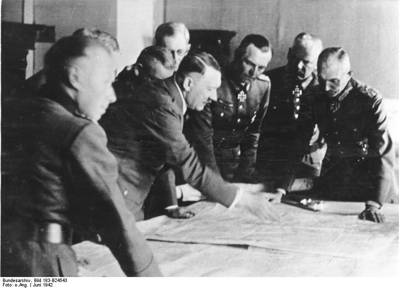 ヒトラー〜最期の12日間〜1942年6月1日作戦の指揮を執るヒトラー。ドイツ連邦文書館提供。.jpg