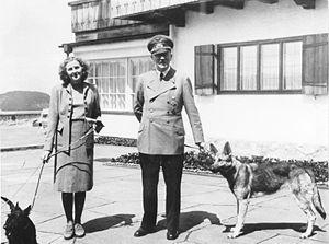 ヒトラー〜最後の12日間〜↑エヴァとヒトラー。1942年6月撮影。.jpg