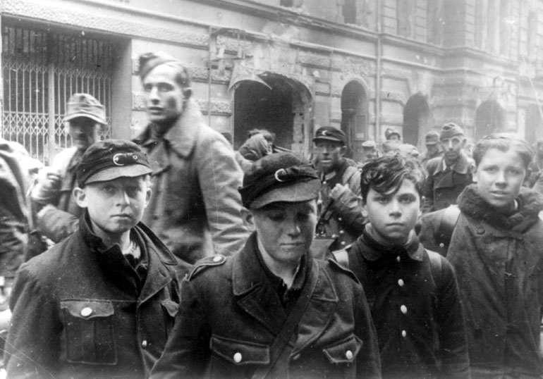 ヒトラー〜最後の12日間〜↑ソ連軍の捕虜になったヒトラー・ユーゲントの少年たち。1945年、ソ連軍により撮影された。ロシア連邦公文書館所蔵。.jpg