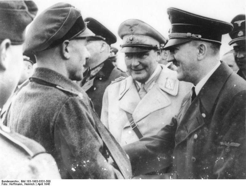 ヒトラー〜最後の12日間〜↑部隊を視察するゲーリング(奥の白服)とヒトラー(手前)。1945年4月撮影。ドイツ連邦文書館提供。.JPG