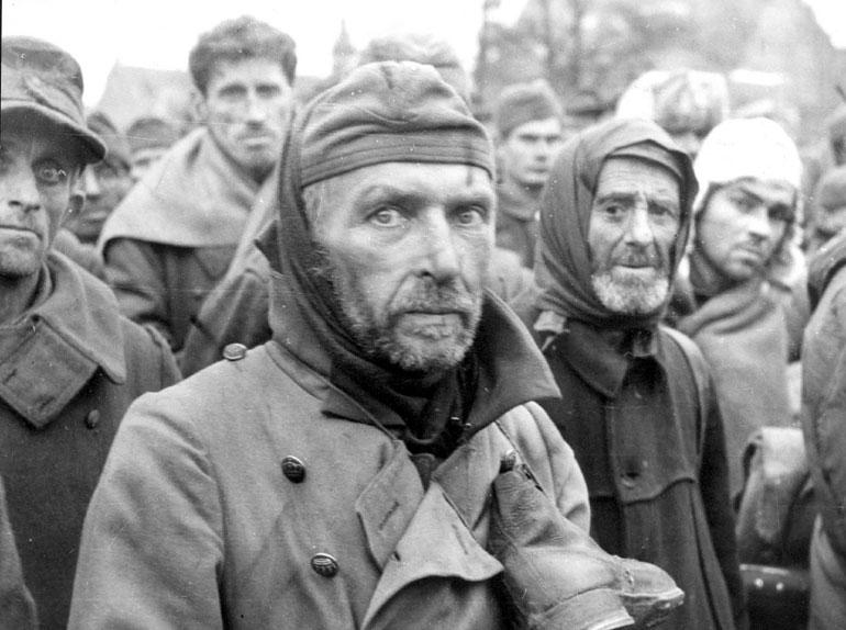 ↑捕虜になった国民突撃隊員たち。第1次世界大戦の従軍経験があるだけで徴用された。1945年撮影、ロシア連邦公文書館所蔵。.jpg