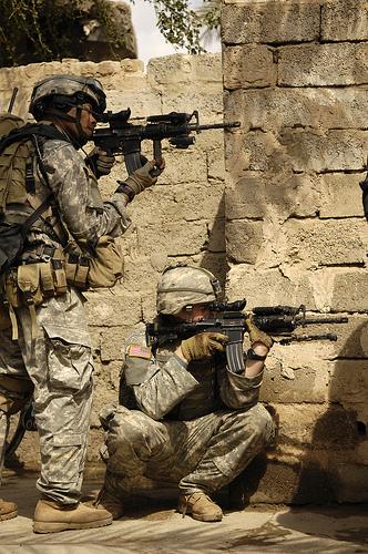 イラク、反政府勢力の武器庫の探索任務中、非常線を張る間の警戒に当たる兵士たち。2007年4月2日撮影。アメリカ空軍提供。.jpg