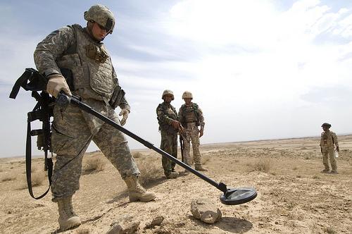 イラク・アルブ・サワット周辺で金属.jpg