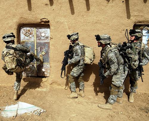 イラク・Al Jazeera砂漠での大規模な攻撃作戦で、家屋に突入するアメリカ軍。2006年5月22日撮影。アメリカ空軍提供。.jpg