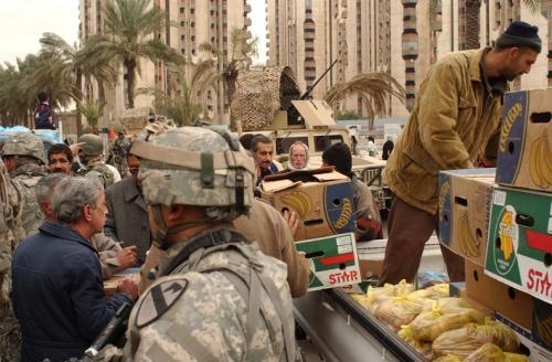 ハート・ロッカー↑イラク人商人たちがアメリカ軍の兵士を相手に商売をしに来ている。アメリカ軍・軍事情報センター提供。.jpg
