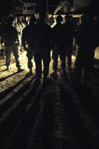 ハート・ロッカー↑夜間パトロール前の打ち合わせ。イラク・バグダッド南部、2007年7月24日。アメリカ空軍提供。.jpg