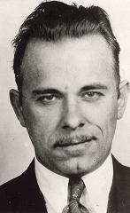 パブリック・エネミーズ・ジョン・デリンジャー(本人)の写真。FBI提供。.jpg