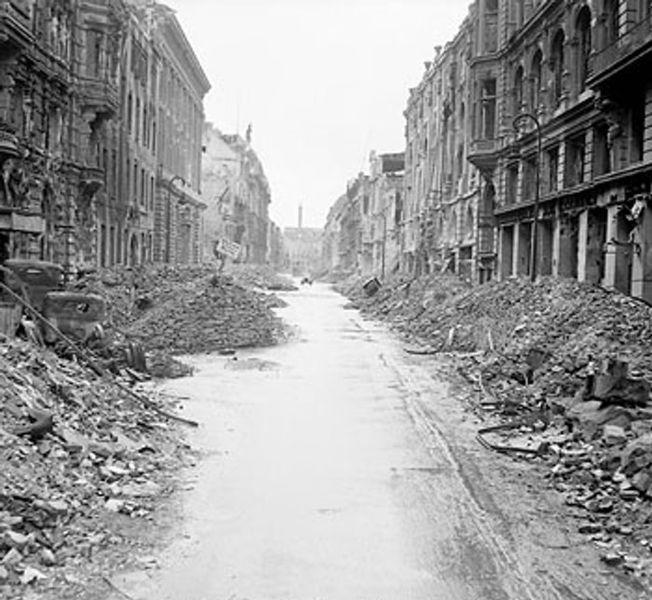 ヒトラー〜最期の12日間〜↑荒廃したベルリンの街。イギリスダックスフォード帝国戦争博物館所蔵。.jpg