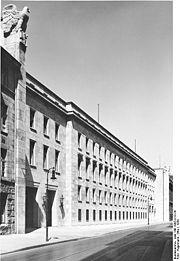 宣伝省の新庁舎。1939年撮影。現在はドイツ連邦労働社会省が入居している。.jpg