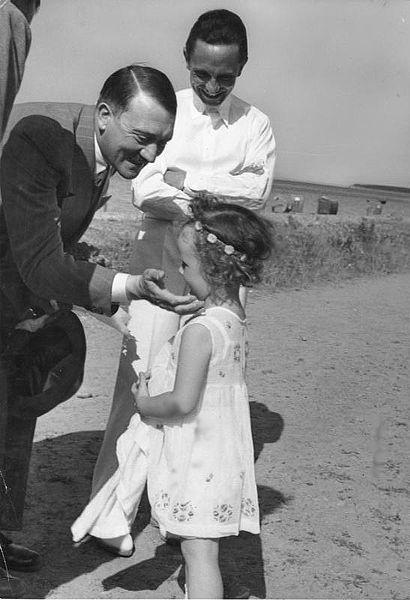 ヒトラー〜最後の12日間〜↑1933年、ヒトラーがゲッペルスの子供と遊んでいる。奥にいるのがゲッペルス。ドイツ連邦文書館提供。.jpg