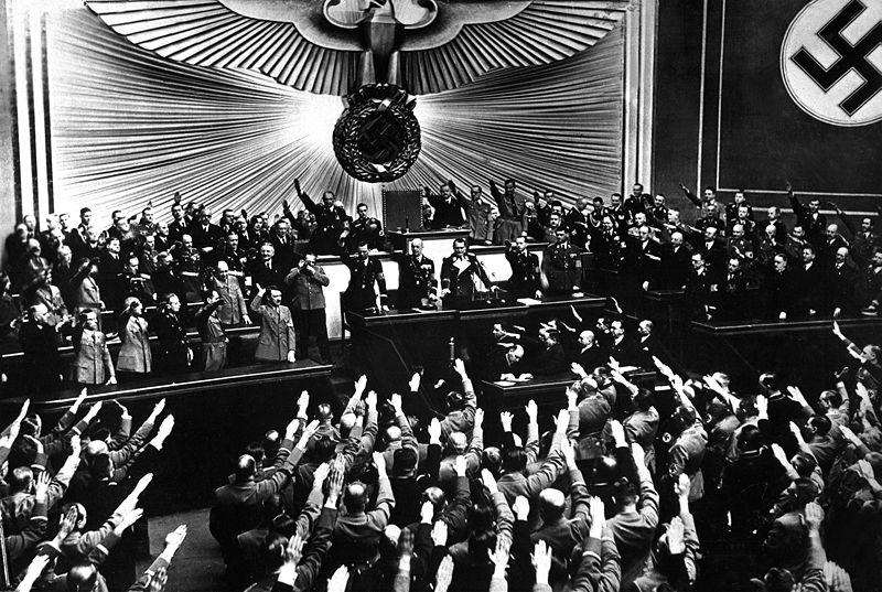 ヒトラー〜最後の12日間〜↑1938年3月、オーストリア併合を発表するヒトラー。上の写真(1933年)と比べて国会の雰囲気がガラリと変わっている。アメリカ国防総省提供。.jpg