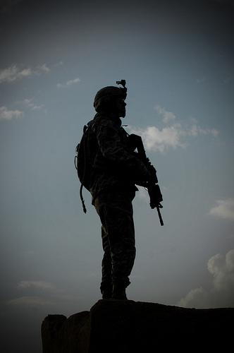 イラク、偵察任務中に部隊の展開を見守るアメリカ軍兵士。2008年3月12日撮影。アメリカ空軍提供。.jpg