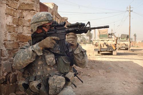 イラク・バグダッドでイラク軍と合同作戦中、スナイパーがいないか警戒するアメリカ軍兵士。2007年6月27日撮影。アメリカ陸軍提供。.jpg