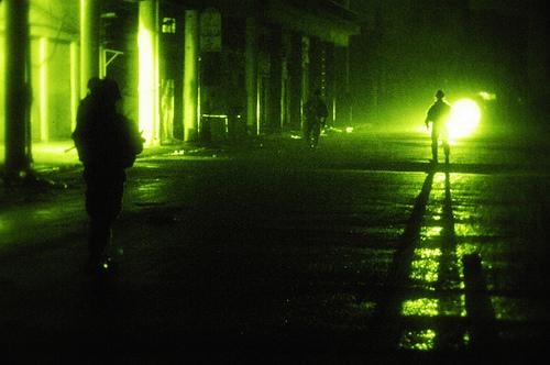 イラク・バグダッドの夜間パトロールをする小隊。2008.1.26撮影。アメリカ軍・軍事情報センター提供.jpg