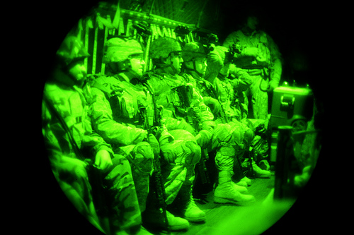 イラク・ファルコン基地を出発する兵士たち。暗視スコープを通した写真。2009年4月12日撮影。アメリカ空軍提供。.jpg