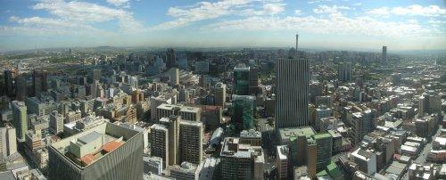 ツォツィ↑ヨハネスブルグのパノラマ写真。都市部は日本の都市とそれほど変わらないように見える。.jpg