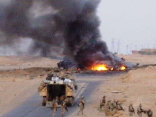 ハート・ロッカー↑イラク,道路に仕掛けられた爆弾が爆発した.jpg