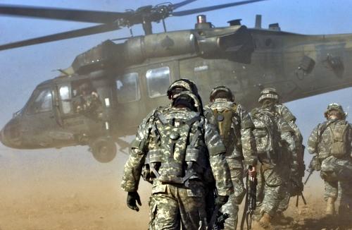 ハート・ロッカー↑イラクのキルクークに展開するアメリカ軍。後ろはUH-60ヘリ(ブラックホーク)。.jpg