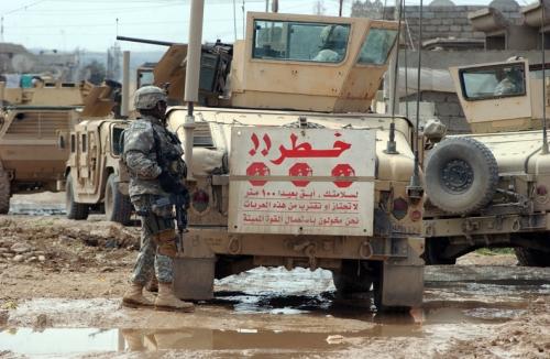 ハート・ロッカー↑ハンヴィーの背面にアラビア語で警告文が書かれている。イラク・モスル、2007年3月7日。アメリカ空軍提供。.jpg
