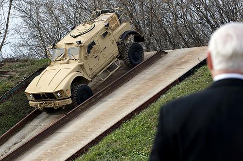 ハート・ロッカー↑ロバートゲーツ国防総省長官がM-ATV(MRAPの山岳地帯用)のテストを視察。2009年11月撮影。国防総省提供。.jpg