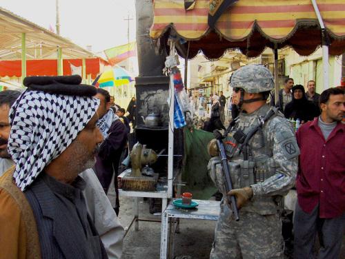 ハート・ロッカー↑市街の警備に当たるアメリカ軍兵士。アメリカ軍・軍事情報センター提供。.jpg