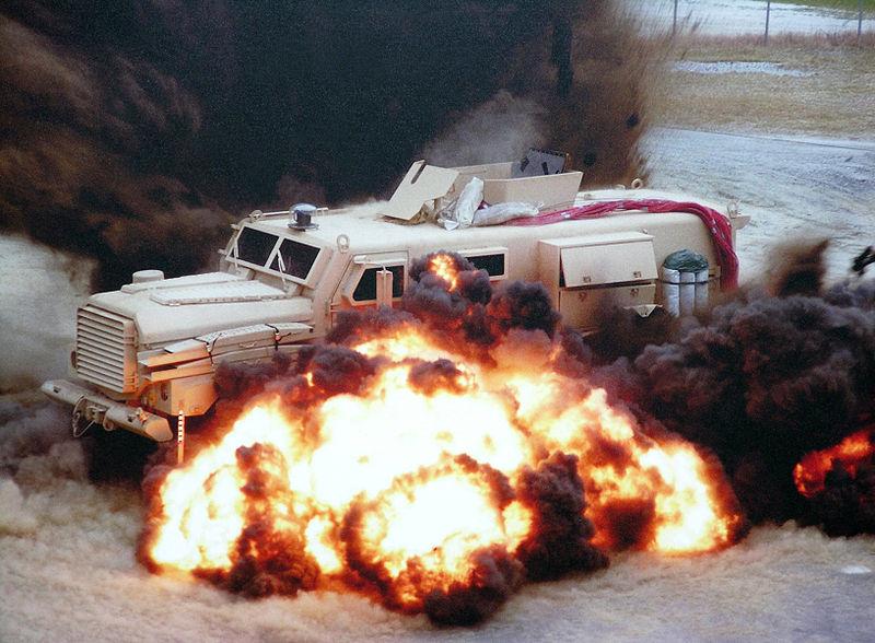 ハート・ロッカー↑耐爆試験中のMRAP。3段階の耐爆強度があり、これは2段階目のMRAP。アメリカ海兵隊提供。.jpg