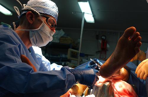 ハート・ロッカー↑爆弾の破片により下半身を負傷。全身麻酔で手術を受ける兵士。.jpg