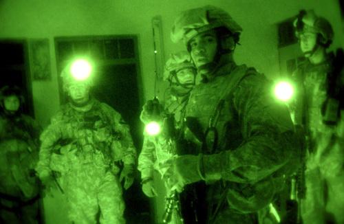 ハート・ロッカー↑夜間に行われたテロリスト容疑者の家の捜索。イラク・モスル、2007年3月10日。アメリカ空軍提供。.jpg
