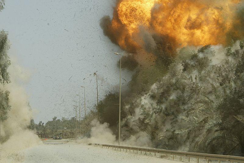 ハート・ロッカー↑IEDが爆発した瞬間。対戦車用地雷を利用したIEDだと思われる。イラク・2003年撮影。.jpg