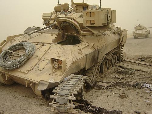 ハート・ロッカー↑IEDで下部を破壊されたブラッドリー歩兵戦闘車。イラク・バグダッドで撮影。.jpg