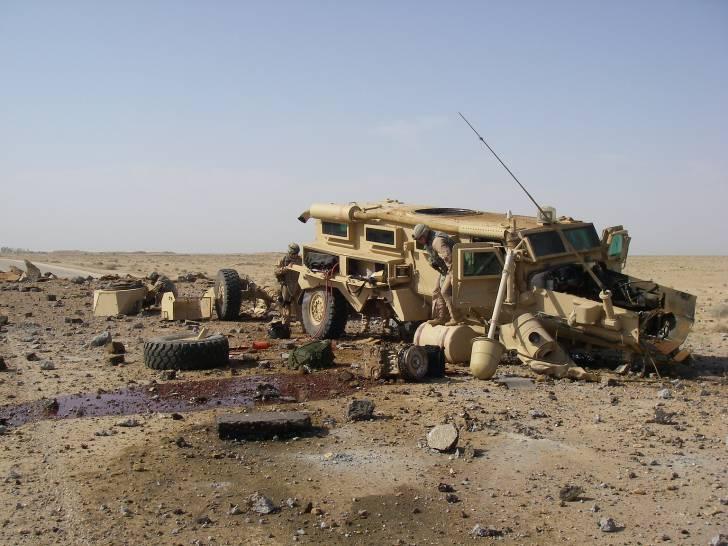 ハート・ロッカー↑IEDで爆破されたクーガー。イラク・2007年9月7日撮影。アメリカ海軍提供。.jpg