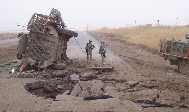 ハート・ロッカー↑IEDの攻撃を受けた後。ストライカー装甲車が大破している。イラク・2009年7月10日撮影。.jpg