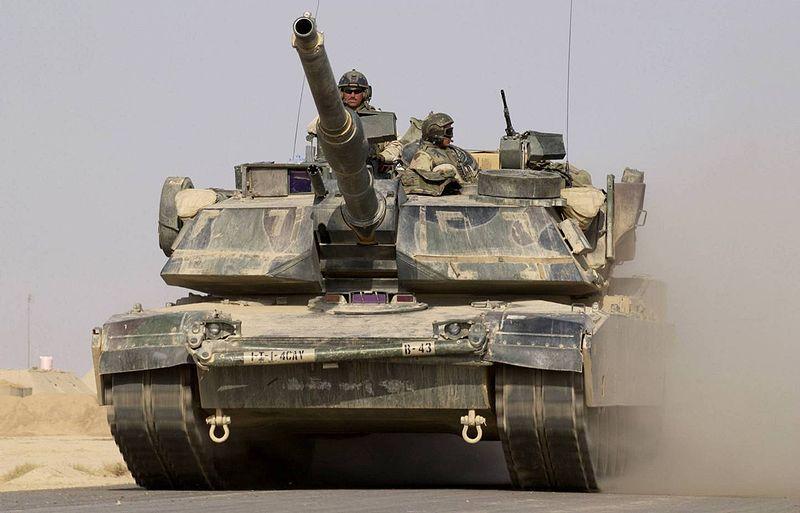 ハート・ロッカー↑M1A1エイブラムス戦車。作戦のためにキャンプから出撃するところ。イラク・2004年10月撮影。アメリカ軍提供。.jpg