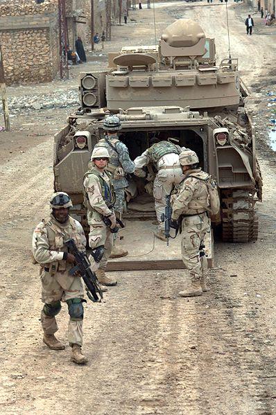 ハート・ロッカー↑M2ブラッドレー歩兵戦闘車に乗り込むアメリカ兵。2006年2月・イラク。アメリカ空軍提供。.jpg