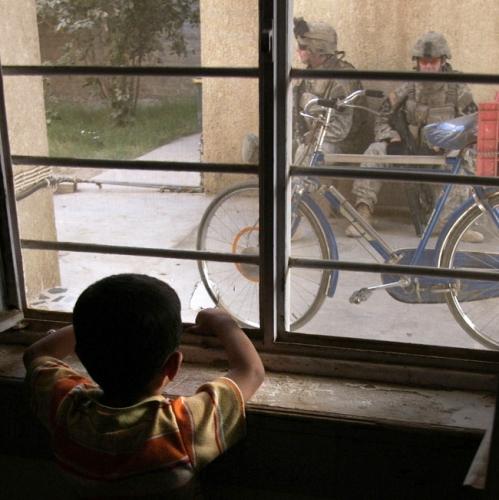 ハート・ロッカー4イラク人の少年が診療所で治療。.jpg