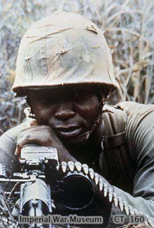ハンバーガー・ヒル↑ベトナム戦争でマシンガンを撃つ黒人兵士。アメリカ軍撮影。イギリス・ダーウィッド戦争博物館所蔵。.jpg