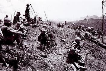 ハンバーガー・ヒル↑交戦終了日の翌日に撮影した写真。937高地の頂上で休むアメリカ軍兵士たち。1969年5月21日。AP通信撮影。.jpg