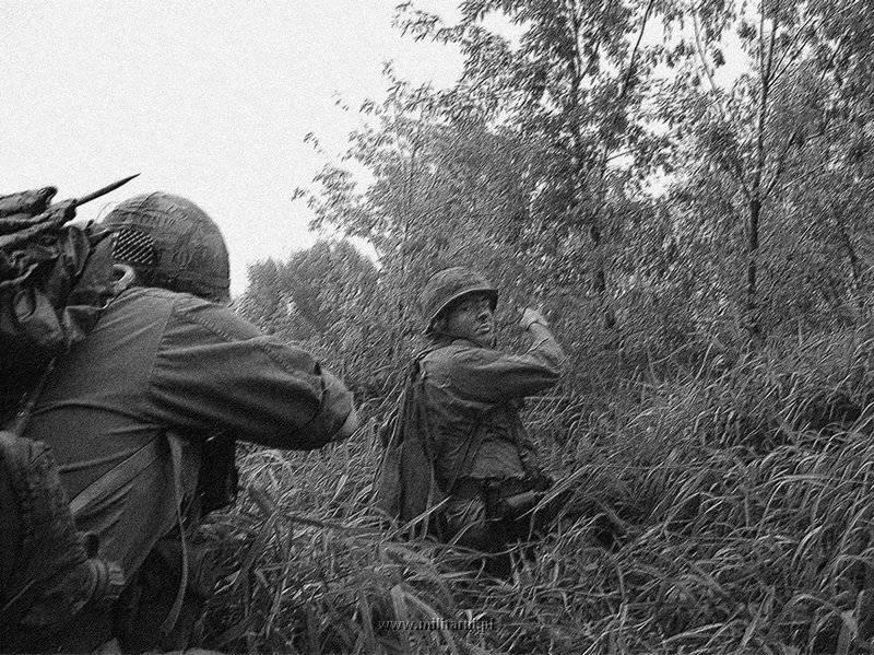 ハンバーガー・ヒル↑攻撃開始初日。進撃する第101空挺師団の兵士たち。1969年5月10日。2.jpg