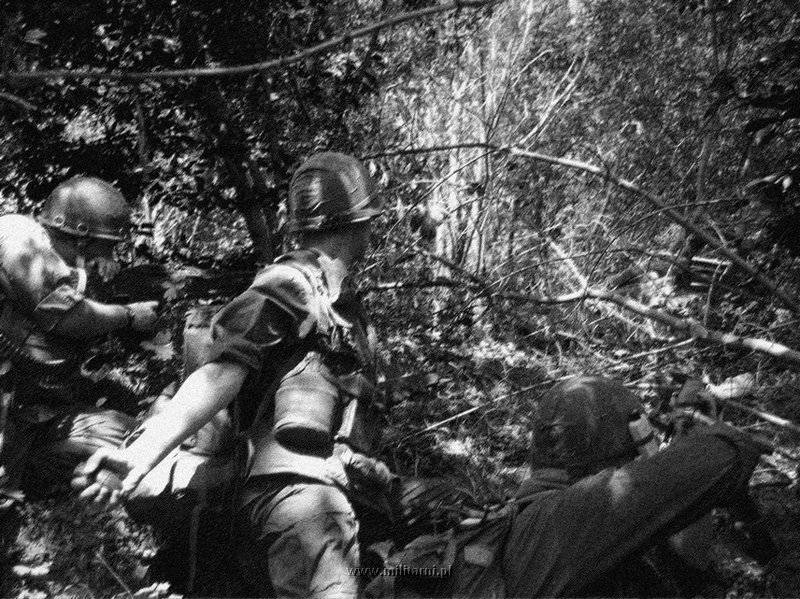 ハンバーガー・ヒル↑攻撃開始2日目。中央の兵士は手りゅう弾を投げようとしている。1969年5月11日。.jpg