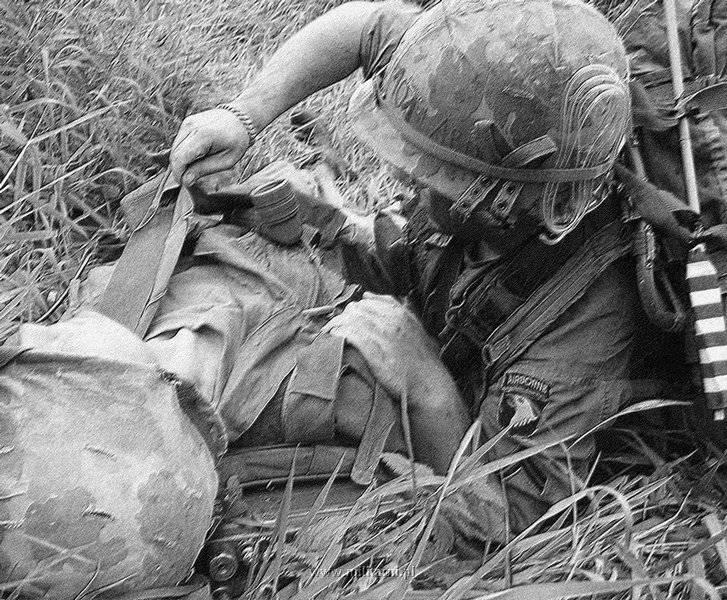 ハンバーガー・ヒル↑攻撃開始2日目。倒れた仲間の手当てをしようとする第101空挺師団の衛生兵。1969年5月11日。.jpg