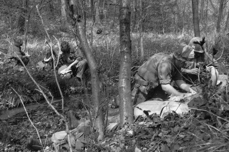 ハンバーガー・ヒル↑攻撃開始3日目。あちらこちらで負傷者の応急手当てがされている。1969年5月12日。.jpg