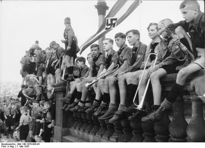 ヒトラー・ユーゲントとは10歳から18歳の青少年からなる組織。参加が義務付けられ、1944年に突撃隊に併合された。.jpg