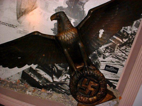 ヒトラー〜最期の12日間〜↑ナチス総統官邸にあったとされる青銅の像。イギリス・ダックスフォード戦争博物館所蔵。.jpg
