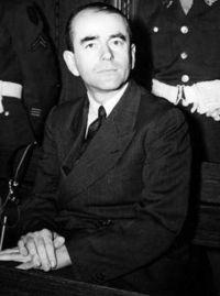 ヒトラー〜最期の12日間〜↑ニュルンベルグ裁判でのシュペーア。彼は禁固20年の判決を受けた。.jpg