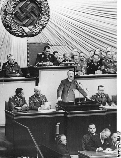 ヒトラー〜最後の12日間〜↑ベルリンで演説するアドルフ・ヒトラー。後にイギリス.jpg